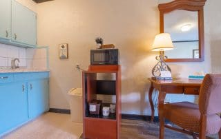 Townsend River Breeze Inn Poolside Building King Kitchenette5